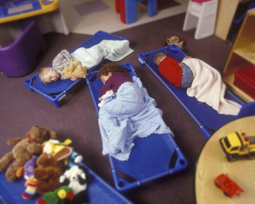 Сон-час в американских садиках часто выглядит именно так. Фото: workingmother.com