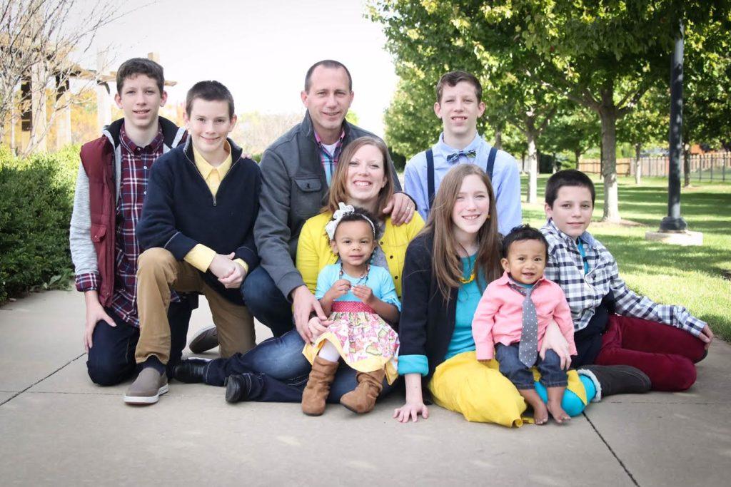 Бет Рот с мужем и семью детьми.