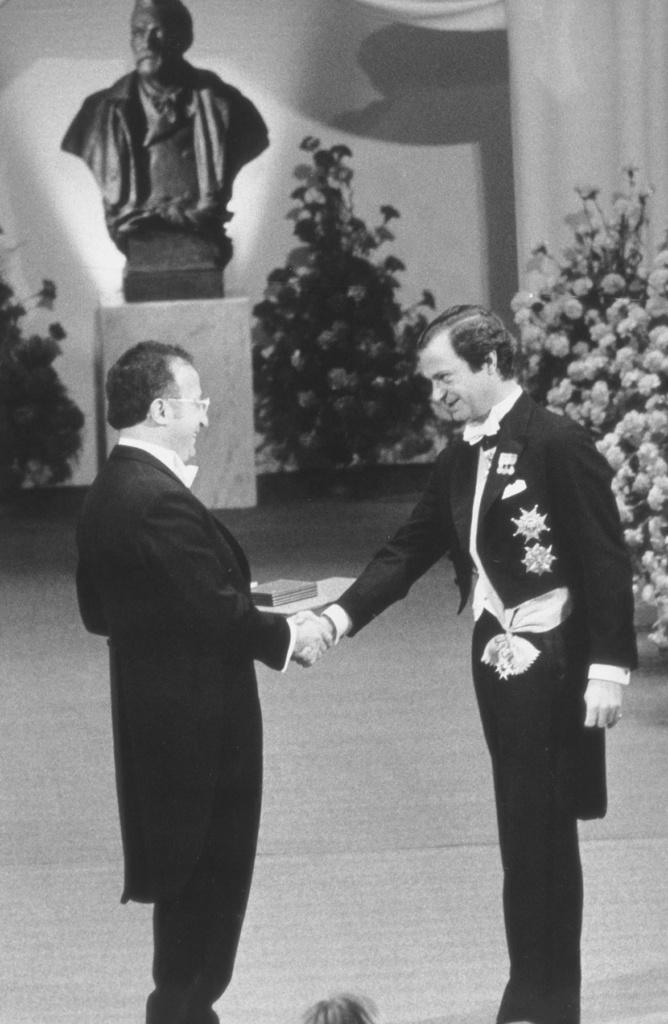 Роальд Хоффман получает Нобелевскую премию от короля Швеции в 1981 году. Фото: из личного архива Р.Хоффмана.