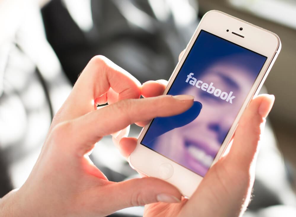 Facebook начал тестировать подсказки тем для разговора