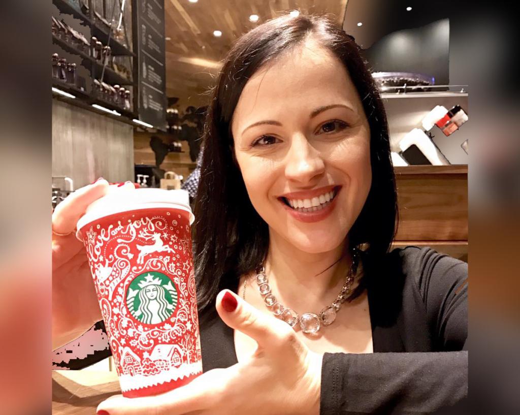 Украинский дизайнер представила концепт-кар новогодних стаканчиков Starbucks
