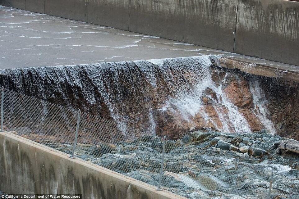 Из-за угрозы прорыва самой высокой в стране плотины в США объявлена эвакуация