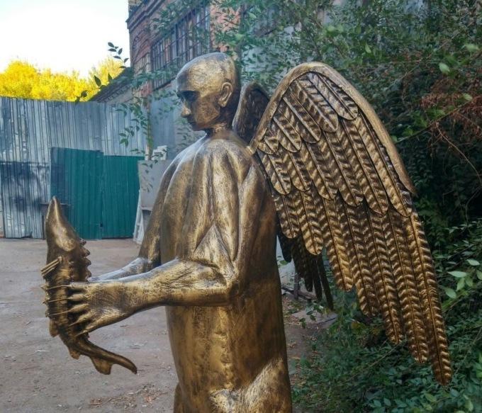 Астраханец выковал скульптуру В. Путина вобразе крылатого медведя сосетром влапах