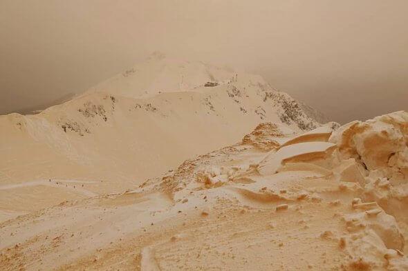 ВГрузии выпал красный снег из-за песчаной бури вАфрике