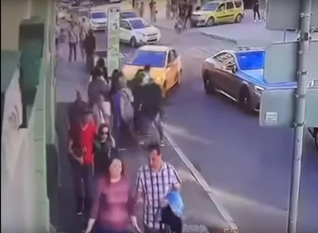 Толпа на старушку видео