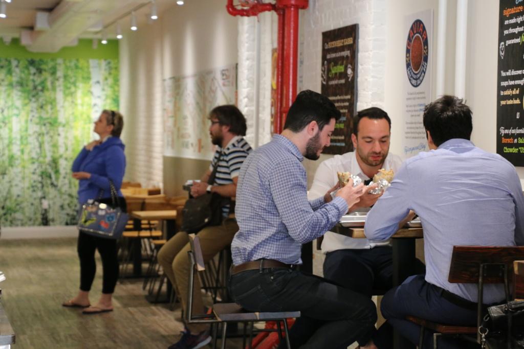 """На обед в """"Теремок"""" часто приходят сотрудники офисов, расположенных недалеко от ресторана. Фото Дениса Малинина"""