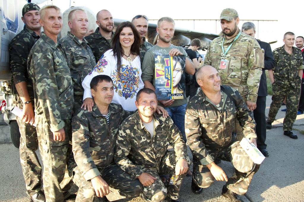 Руслана с бойцами украинской армии. Фото: предоставлено пресс-службой