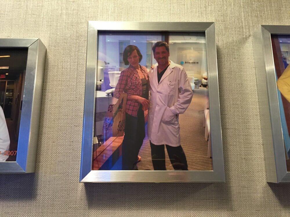 Одна из фотографий, которая висит на стене в «Benjamin Eye Institute» - Артур Бенджамин и Мила Йовович. Фото Юлии Буняк