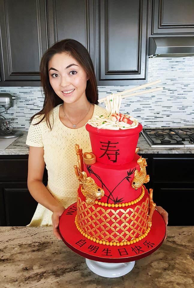 Роза Хань и один из ее тортов. Фото из личного архива