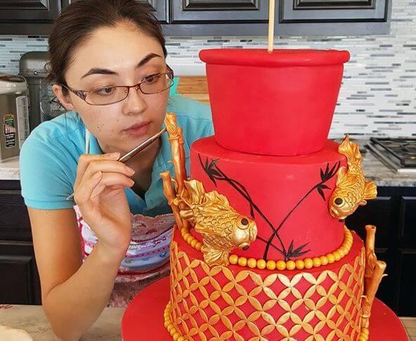 Роза Хань работает над своим очередным сладким шедевром. Фото из личного архива