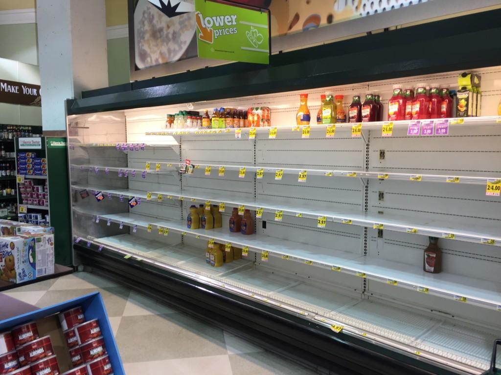 Вашингтонцы делают запасы перед снегопадом. Большинство магазинов пустые. Фото: Алексей Осака
