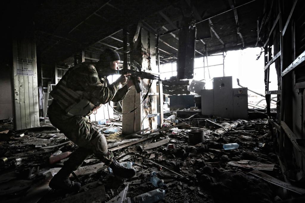 Украинский солдат патрулирует в Донецком аэропорту. Фото: Сергея Лойко