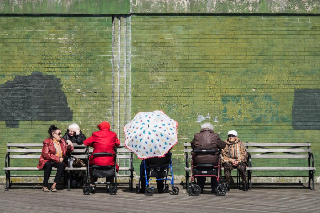 Пожилые люди принимают солнечные ванны на берегу Атлантического океана. Фото Павел Терехов