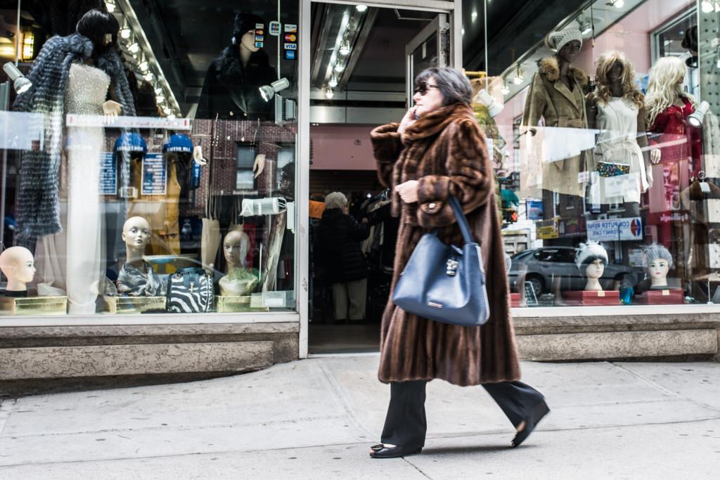 На Брайтон Бич женщины всегда могут найти магазины, которые продают шубы. Фото Павел Терехов