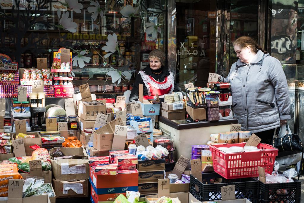 Мария уже пять лет продает сладости для местных жителей. Фото Павел Терехов