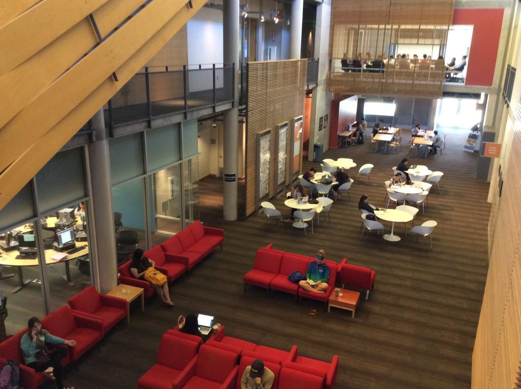 На территории университета множество опенспейсов, где студенты могут позаниматься. Фото из личного архива