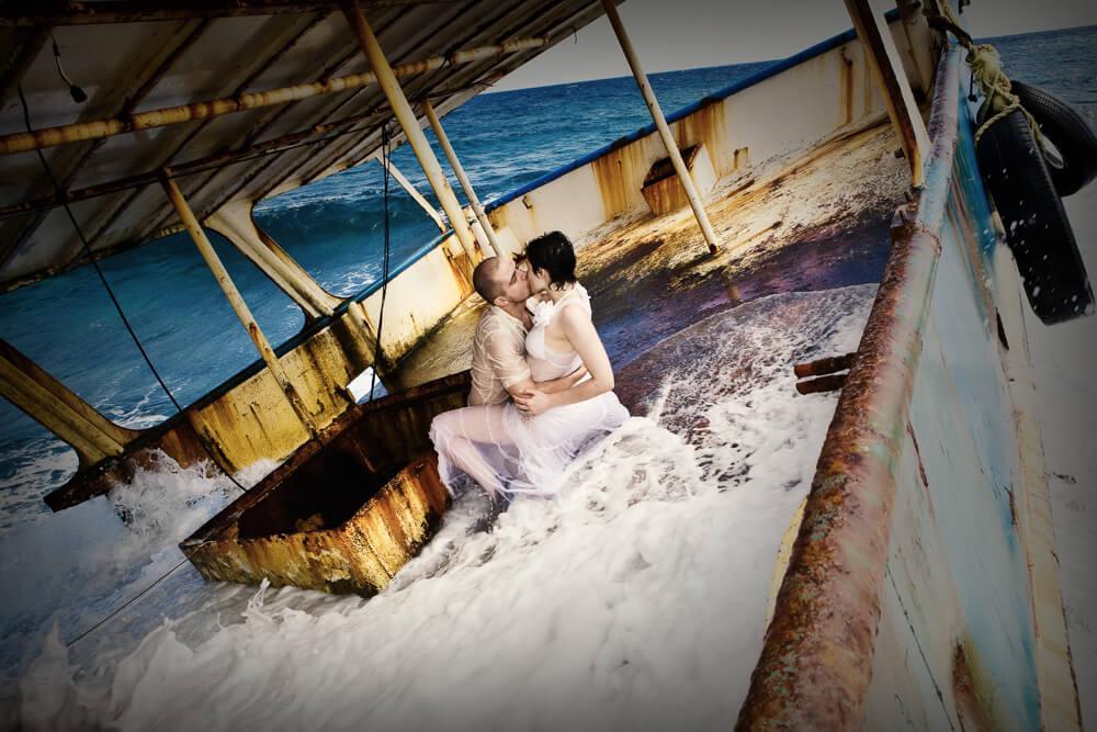 Жених и невеста в лодке. Фото Эдуарда Хафизова.