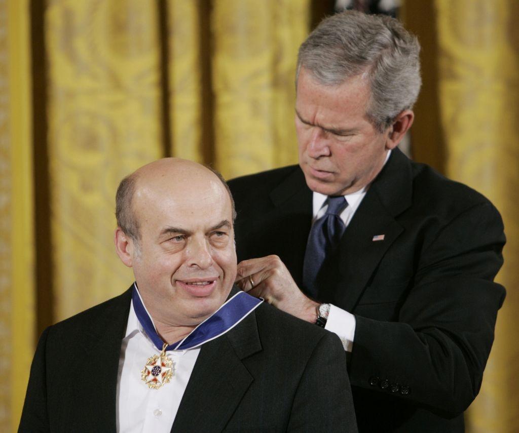 Президент Джордж Буш награждает Натана Щаранского.