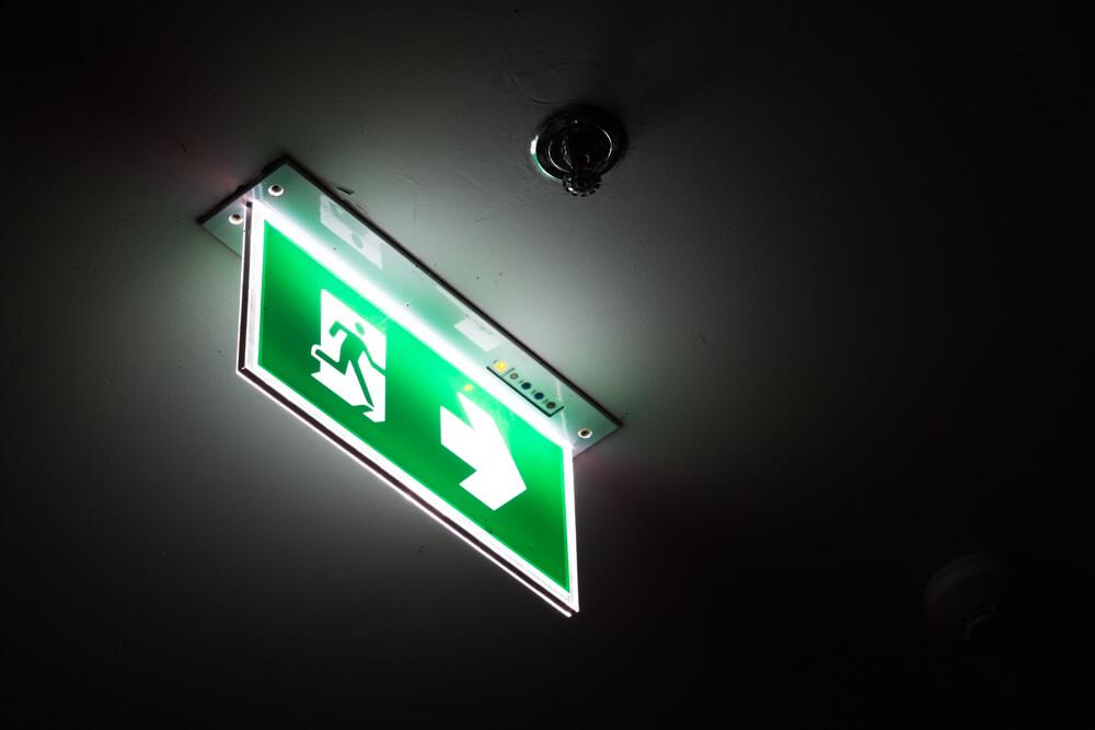 План расположения запасных выходов в отеле надо изучить и запомнить. Фото: ru.depositphotos.com
