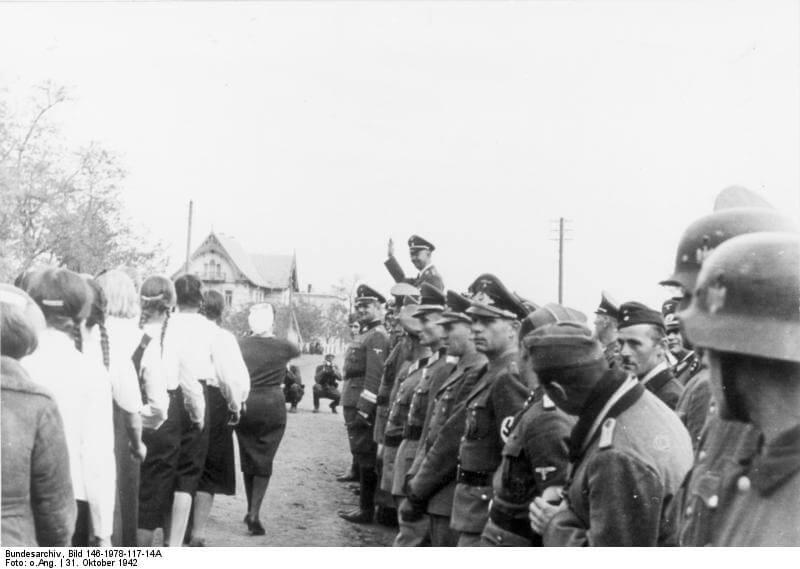 Рейхсфюрер СС Гиммлер принимает парад немецкой молодежи в г.Гальбштадт, Украина, 31.10.1942. Фото: Бундесархив ФРГ.
