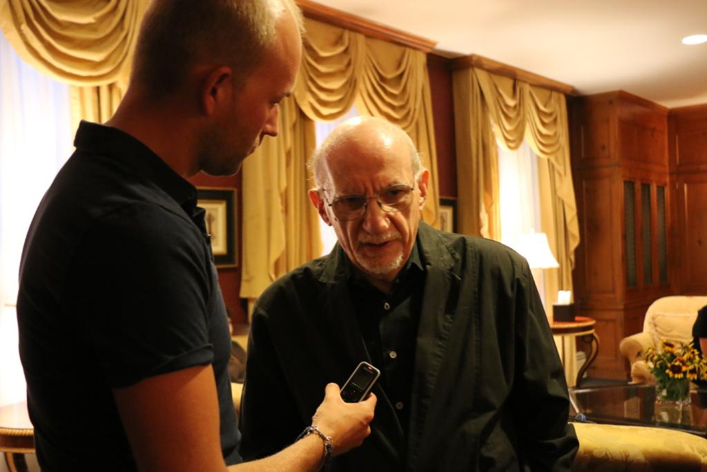 Писатель Соломон Волков дает интервью. Фото Дениса Малинина