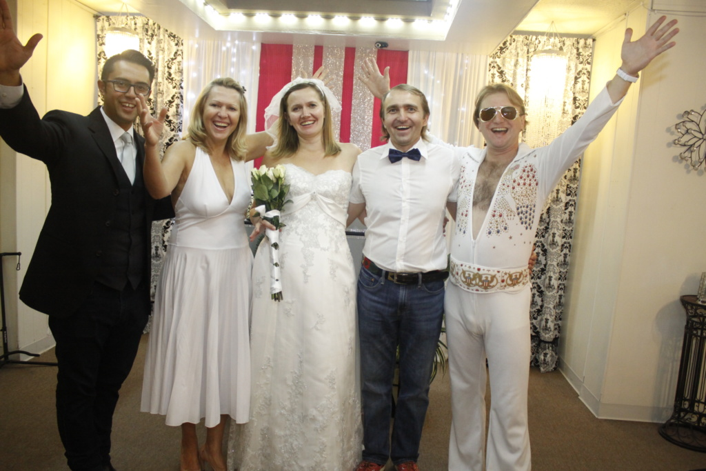 Свадьба Юрия и Натальи была сюпризом. Организовал ее друг Сергей (крайний справа). Фото из личного архива.