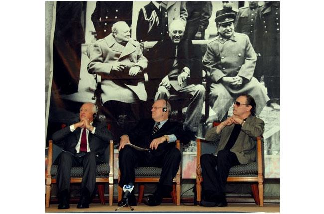Британский, американский и советский лидеры Уинстон Черчилль, Франклин Делано Рузвельт, Иосиф Сталин и их внуки: Уинстон, Джеймс и Александр. Встреча в Киеве в 2006 году