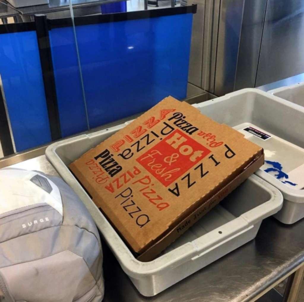Коробку с пиццей пассажиру просканировали ренгеном. Фото: instagram.com/tsa/
