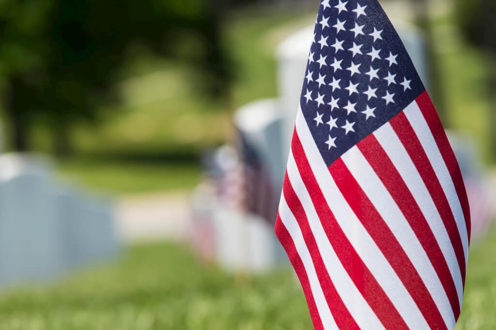 Флаг на могиле ветерана армии США
