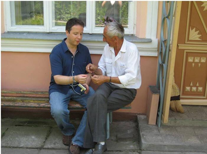 Сын спасённого и сын спасителя: Гиллель Хоффман, названный в честь убитого нацистами деда, и Игорь Дюк возле дома в селе Унив. Фото: из личного архива Р.Хоффмана.