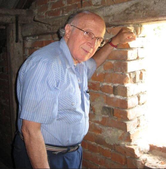 Роальд Хоффман снова смотрит из окошка тайного убежища его семьи в селе Унив. Фото: из его частного архива.