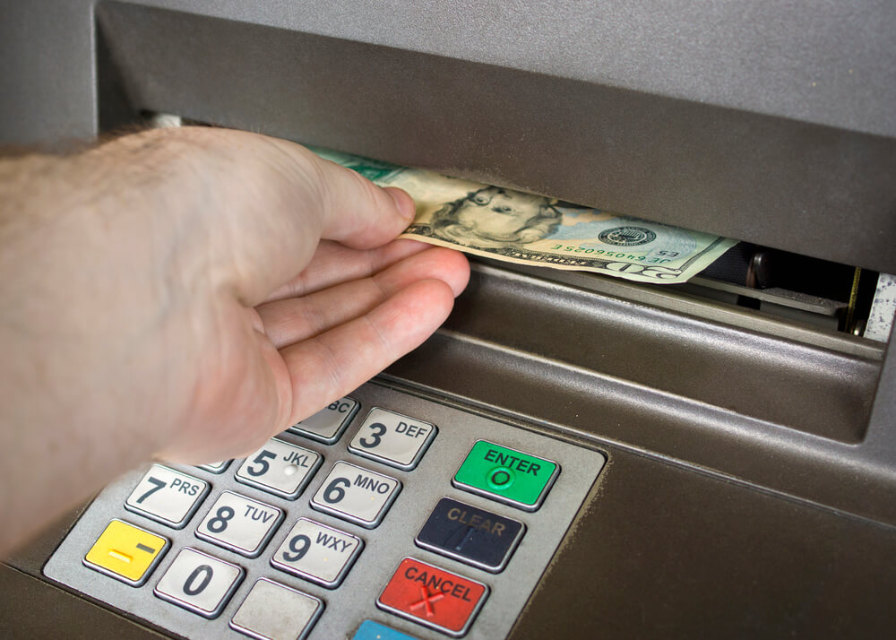 Комиссия в некоторых банкоматах достигает $7. Фото: depositphoto