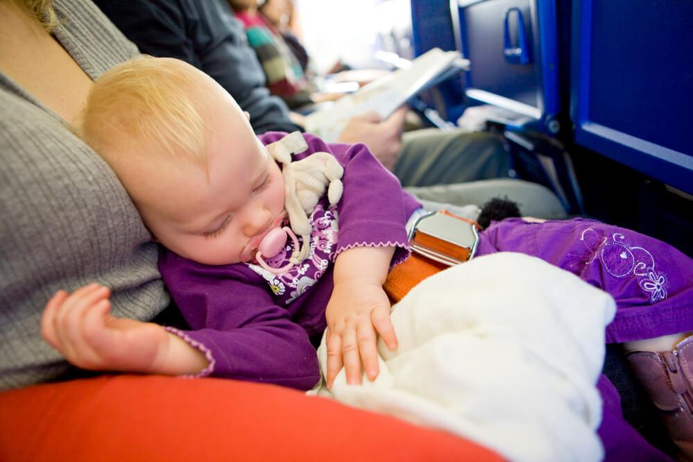 В самолетах ввели зоны, куда нельзя с детьми. Фото: depositphotos.com