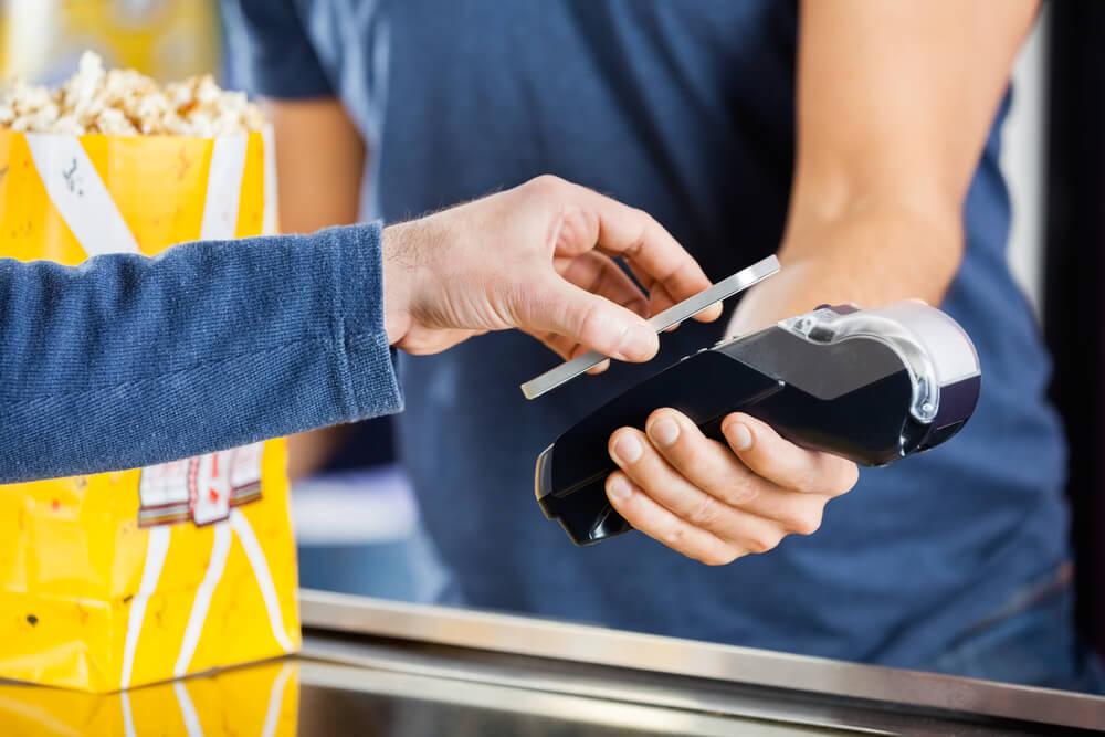 Не забудьте предупредить банк о том, что собираетесь использовать карты за рубежом. Фото: depositphoto