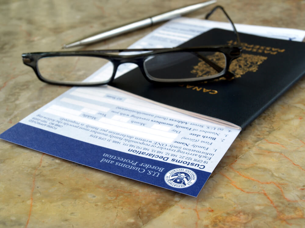 Фотографироваться в очках теперь запрещено. Фото: Depositphoto