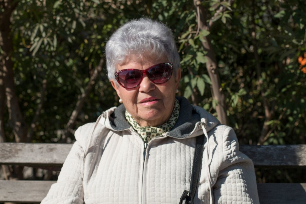 Анна Леймах часто приходит поговорить с пенсионерами на набережную Брайтон Бич. Фото: Денис Малинин