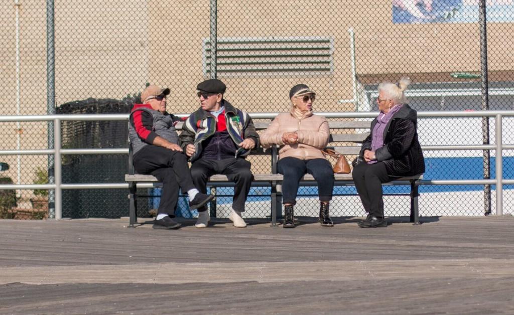 На Брайтон Бич пенсионеры говорят о политике каждый день. Фото: Денис Малинин