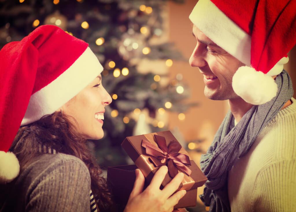 Мужчинам сложно угодить, но они всегда будут рады эмоциональному подарку. Фото: depositphotos.com