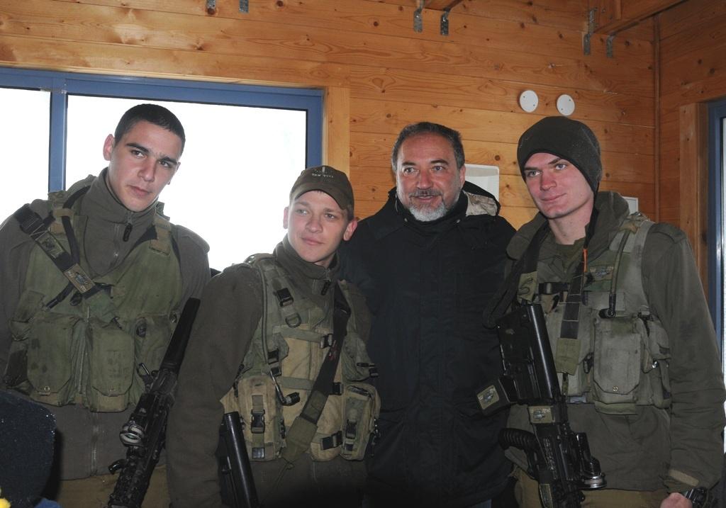 Авигдор Либерман с солдатами ЦАХАЛа. Фото: пресс-служба Министерства обороны.