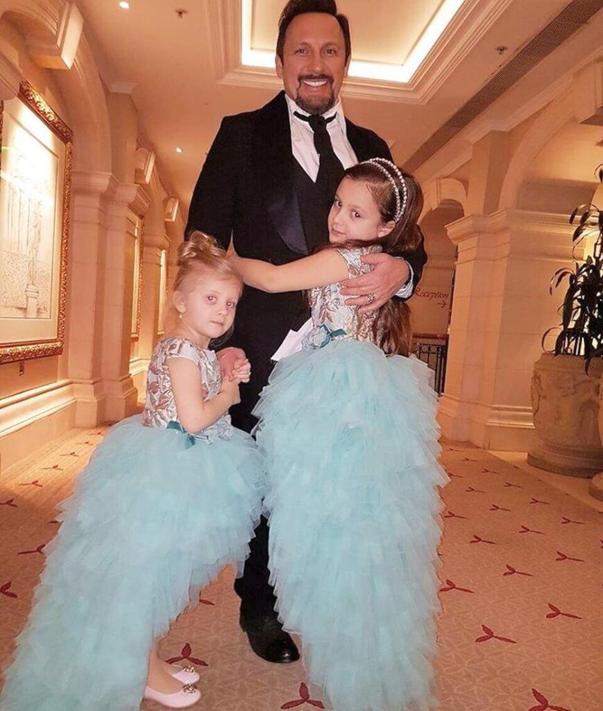На свадьбу звезды прибывали целыми семьями На фото: Стас Михайлов с дочерьми. Фото: Instagram