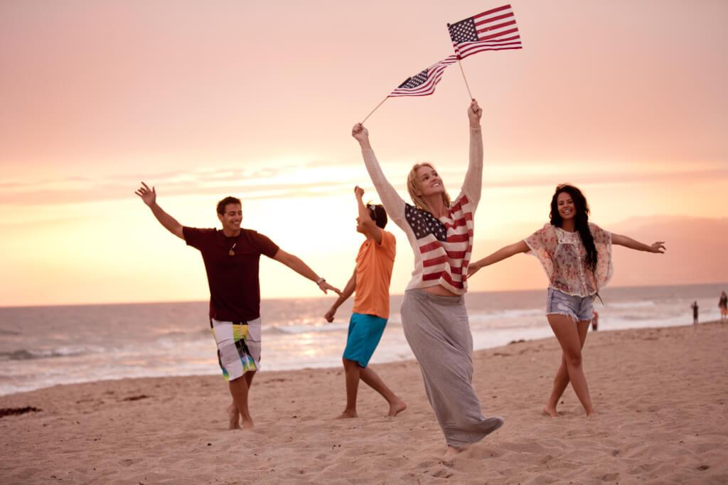 Хорошую одежду, еду и путешествия себе может позволить практический каждый работающий житель США. Фото: depositphotos.com