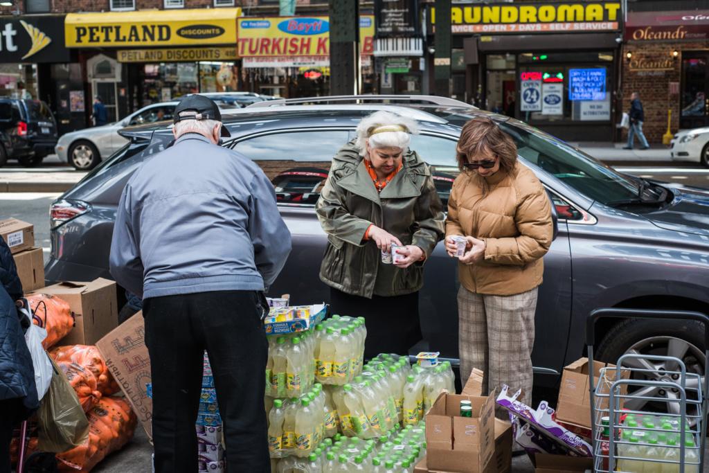 Жители Брайтон-Бич выбирают бесплатные продукты, срок годности которых вот-вот закончится. Фото: Павел Терехов
