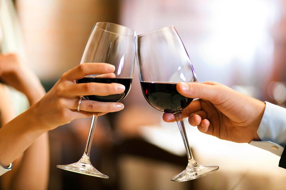 Картинки с вином и бокалами в руках, открытки картинки для